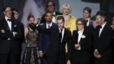 Seluruh tim produksi'Game of Thrones' naik ke atas panggung saat serial tersebut memenangkan kategori Outstanding Drama Series. (REUTERS/Mario Anzuoni)