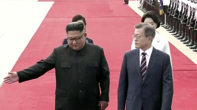 Kim Jong-un Sambut Moon Jae-in di Bandara Korut