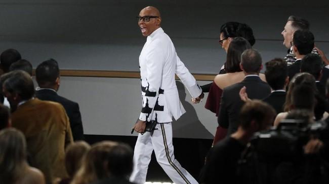 Aktor RuPaul Charles, pembawa acara tayangan 'RuPaul Drag Race' saat menerima penghargaan Outstanding Reality-Competition Program di Emmy Awards 2018. (REUTERS/Mario Anzuoni)