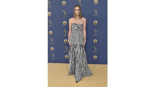 Pembawa acara Louise Roe mengenakan busana garis-garis hitam putih ke ajang sekelas Emmy Awards.Tampilannya kali ini membuatnya terlihat seolah tengah mengenakan seragam penjara kuno.(Neilson Barnard/Getty Images/AFP)