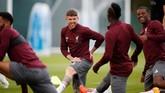 Bek The Reds Alberto Moreno terlihat rileks selama berlatih. Liverpool diprediksi bakal memberikan tekanan besar ke pertahanan PSG. (Reuters/Carl Recine)