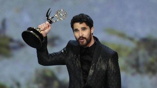 Darren Criss Kalahkan John Legend di Emmy Awards 2018