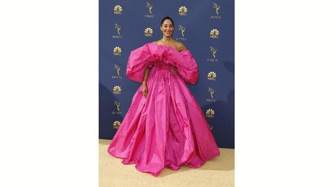 Pink dan gaun mengembang bak putri memang terlihat indah. Sayang, gaun yang dipakai Tracee Ellis Ross justru terlihat terlalu mengembang seperti kantong. (REUTERS/Kyle Grillot)