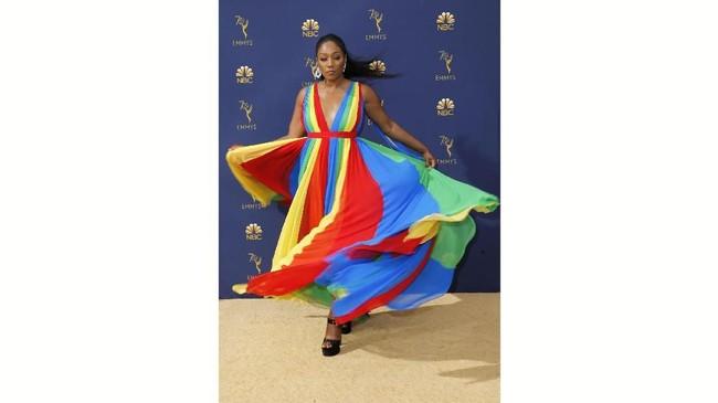 Gaun yang terlalu berwarna! Tiffany Haddish mungkin ingin mewarnai karpet merah Emmy, namun kombinasi warna yang dipakainya justru terlihat seperti seorang penampil di sebuah festival malam. (REUTERS/Kyle Grillot)