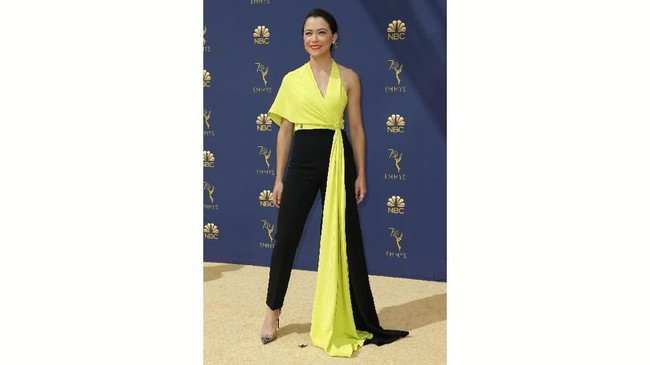 Bintang Orphan Black, Tatiana Maslany, tampil dengan terlalu banyak kain yang menjuntai dari busananya. Kain itu bahkan dianggap cukup untuk membuat satu gaun lagi. (REUTERS/Kyle Grillot)