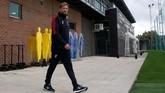 Juergen Klopp memantau latihan para pemain Liverpool, Selasa (17/9). Klopp menegaskan tetap akan memainkan 'the winning team' menghadapi PSG. (Reuters/Carl Recine)