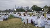 Para peserta menyiapkan semuanya keperluan pesta sendiri, seperti bangku, kostum, meja, konsumsi, hingga perlengkapan dekorasi.