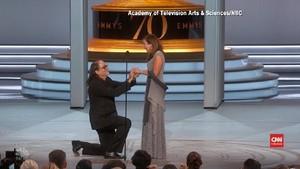 VIDEO: Lamaran Romantis di Panggung Emmy Award 2018