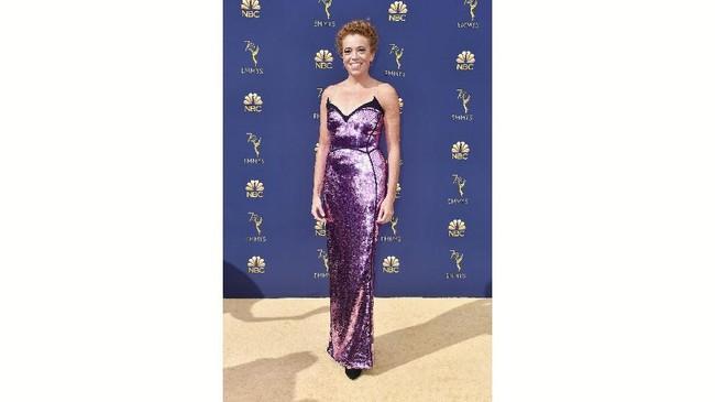 Komedian Michelle Wolf tampil dengan gaun ungu eksentrik. Namun, payet ungu itu terlalu menyilaukan mata. Potongan pada bagian dada yang awalnya bermaksud memberikan bentuk strapless justru tampak aneh. (Frazer Harrison/Getty Images/AFP)