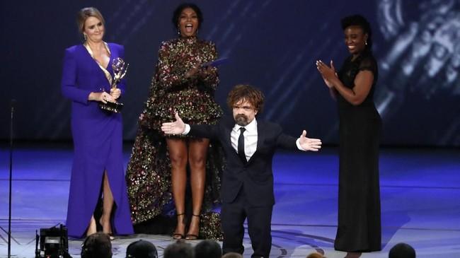 Aktor Peter Dinklage, pemeran serial 'Game of Thrones' menerima penghargaan Outstanding Supporting Actor in a Drama Series. (REUTERS/Mario Anzuoni)