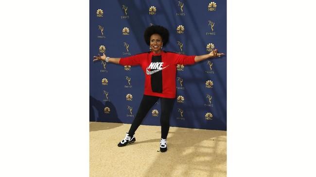 Fashion statement dari sebuah label olahraga mungkin sah saja dipakai. Tapi sayangnya Jenifer Lewis kurang tepat untuk memakainya di ajang Emmy Awards 2018. (REUTERS/Kyle Grillot)