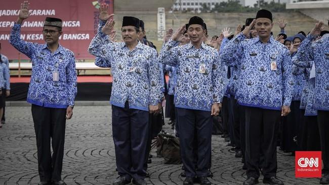 Upacara yang diikuti pegawai Pemprov DKI di Monas pada hari ini memperingati rapat raksasa yang dipimpin Presiden pertama RI Soekarno pada 1945 silam. Kala itu di Lapangan Ikada yang sekarang menjadi bagian dari kawasan Monas itu Soekarno memimpin peringatan sebulan proklamasi Indonesia.(CNN Indonesia/Adhi Wicaksono)