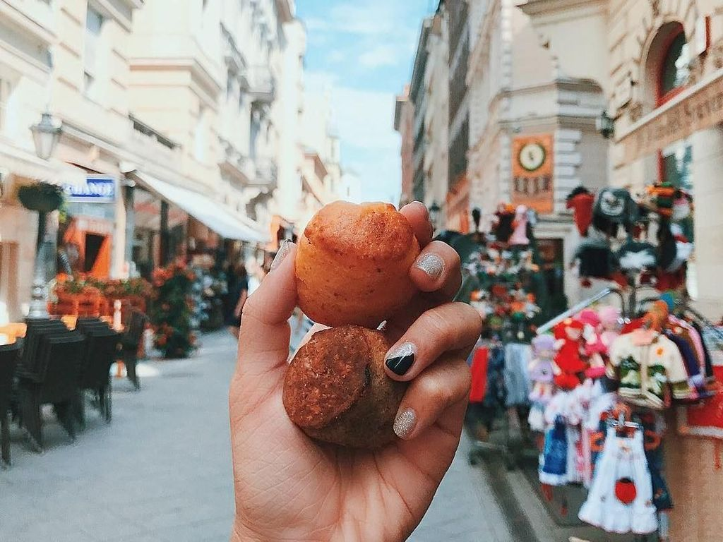 Biskuit keju dengan latar belakang kota Budapest, Hungaria. Foto: instagram.com/girleatworld/