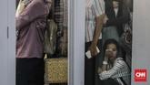 Seorang pencari kerja tampak kelelah di barisan antrian pengunjung yang memadati acara bursa kerja bertajuk Jakarta Spectacular 'Job for Career' Festival di Istora Senayan, Jakarta, Rabu (19/9).