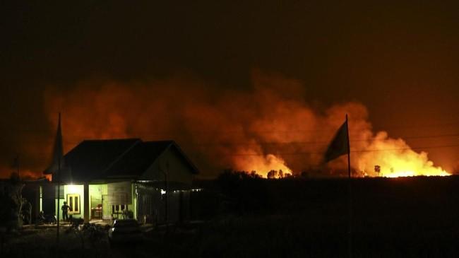 Api membakar lahan di Desa Soak Batok, Indralaya Utara, Ogan Ilir (OI), Sumatera Selatan, Selasa (18/9). Ketiadaan akses dan sumber air membuat petugas kesulitan untuk melakukan pemadaman. (ANTARA FOTO/Nova Wahyudi)