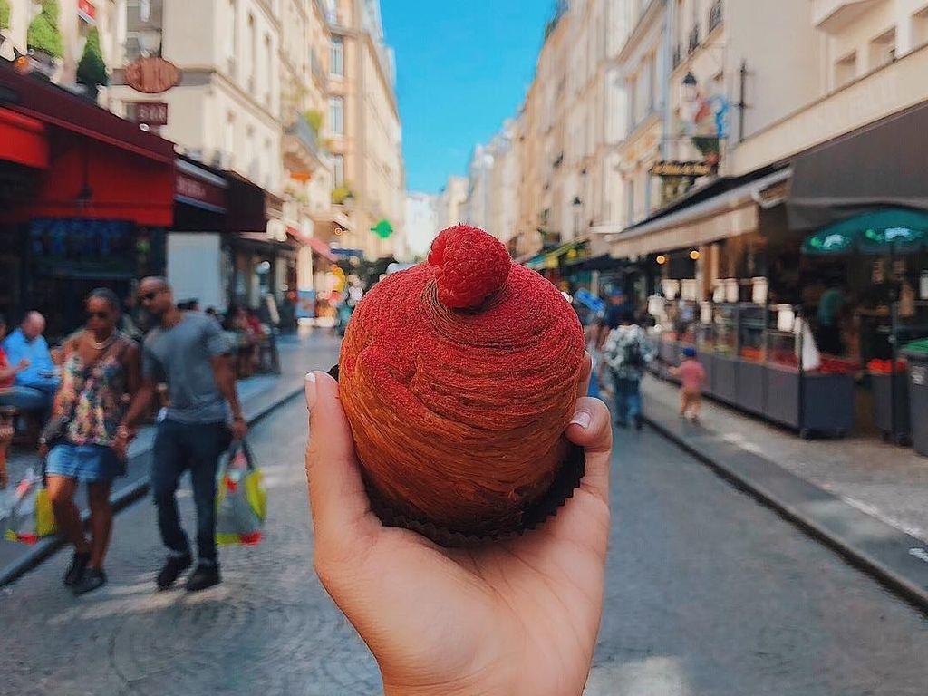 Raspberry Brioche a Tetedengan latar belakang Paris. Foto: instagram.com/girleatworld/