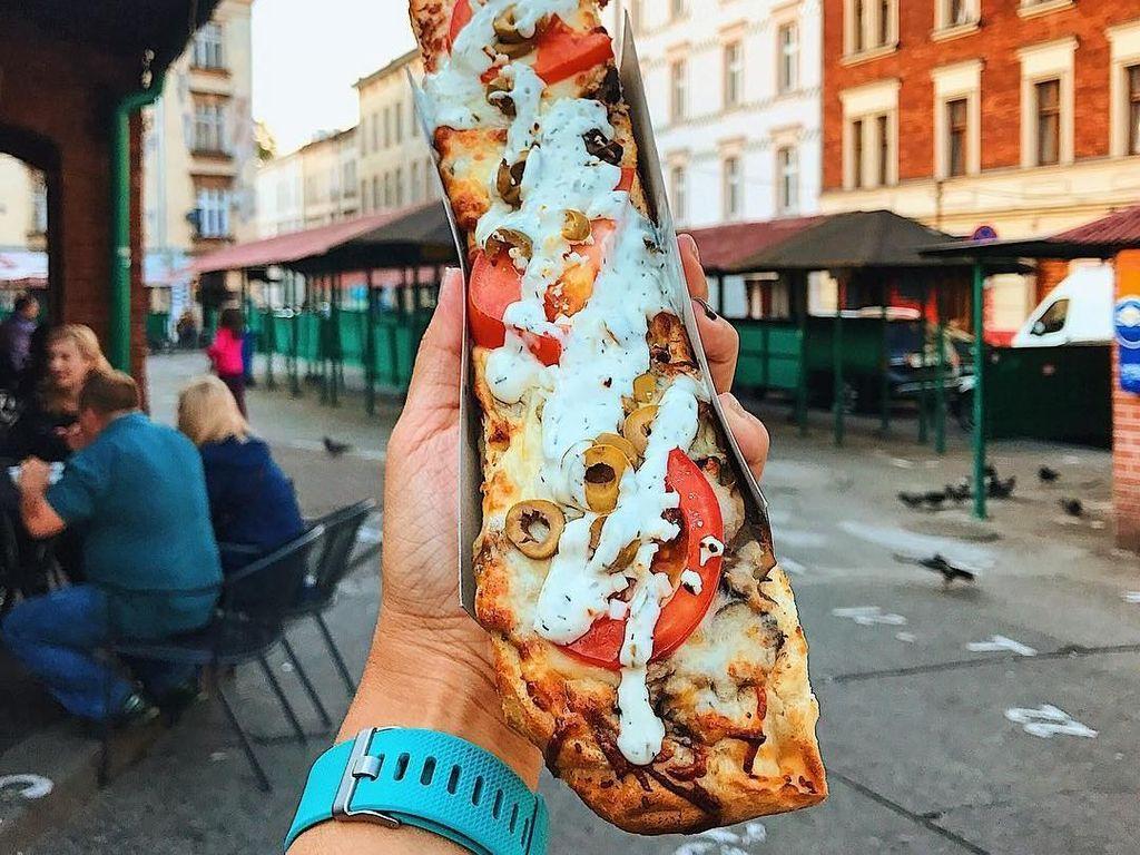 Nama makanan ini Zapiekanka dengan latar belakang kota Krakow, Polandia. Foto: instagram.com/girleatworld/