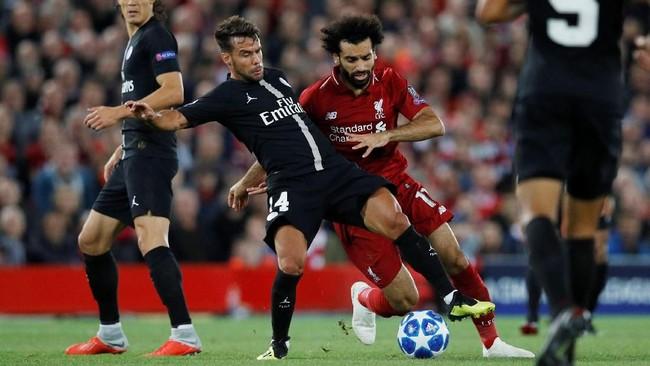 Bek PSG Juan Bernat mencoba menggagalkan pergerakan penyerang Liverpool Mohamed Salahpada laga Liga Champions 2018/2019 di Stadion Anfield, Selasa (18/9) malam waktu setempat. (REUTERS/Phil Noble)