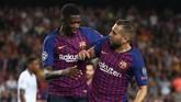 Ousmane Dembele (kiri) mencetak gol kedua Barcelona ke gawang PSV pada menit ke-75. Ia menjadi pemain La Liga Spanyol pertama yang mencetak gol di tiga kompetisi berbeda. (REUTERS/Sergio Perez)