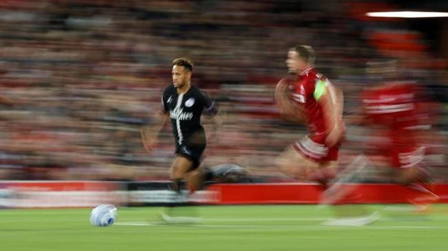 Duel adu tajam lini depan tersaji pada laga Liverpool vs PSG. Neymar berusaha menembus pertahanan Liverpool dan dikejar sang kapten tim tuan rumahJordan Henderson. (REUTERS/Phil Noble)