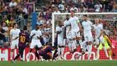 Lionel Messi membuka gol kemenangan Barcelona atas PSV melalui tendangan bebas pada menit ke-32. Blaugrana dapat tendangan bebas setelah Nick Viergever melakukan pelanggaran terhadap Ousmane Dembele di depan kotak penalti. (REUTERS/Sergio Perez)