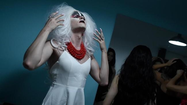 Drag queen merupakan sebutan bagiseniman yang menggunakan atribut berlawanan dari identitas seksualnya secara berlebihan dengan tujuan untuk menghibur. (AFP PHOTO / WANG Zhao)