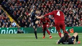 Bek PSG Thomas Meuniermemperkecil ketinggalan timnya menjadi 1-2 dari Liverpool setelah mencetak gol pada menit ke-40.(via Reuters/Carl Recine)