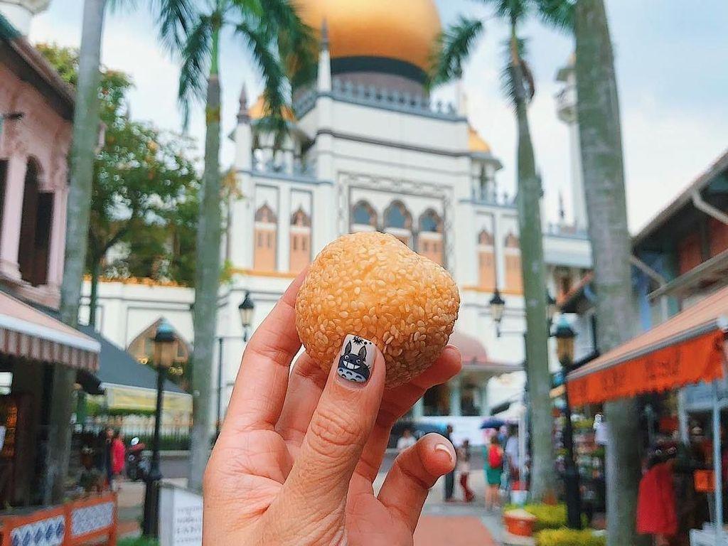 Onde-onde dengan latar belakang Masjid Sultan di Kampong Glam, Singapura. Foto: instagram.com/girleatworld/