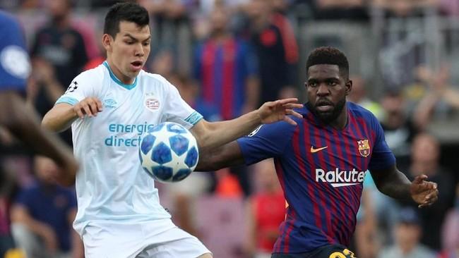 Winger PSV Eindhoven Hirving Lozanoduel berebut bola dengan bek Barcelona Samuel Umtiti. Blaugrana pun harus bermain dengan 10 pemain setelah Umtiti kena kartu merah karena pelanggaran terhadap Lozano. (REUTERS/Albert Gea)
