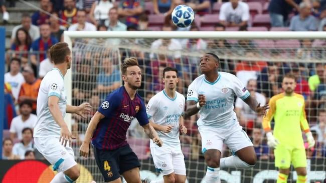 PSV Eindhoven harus berjuang keras menjaga pertahanan mereka dari gempuran-gempuran pemain Barcelona di Stadion Camp Nou, Selasa (18/9) malam waktu setempat. (Steven Bergwijn REUTERS/Sergio Perez)