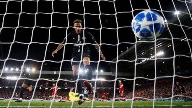 Penyerang Neymar meluapkan kesenangannya di depan gawang Liverpool setelah Kylian Mbappe cetak gol menyamakan skor 2-2. Neymar hanya menciptakan dua percobaan gol di laga ini. (REUTERS/Phil Noble)