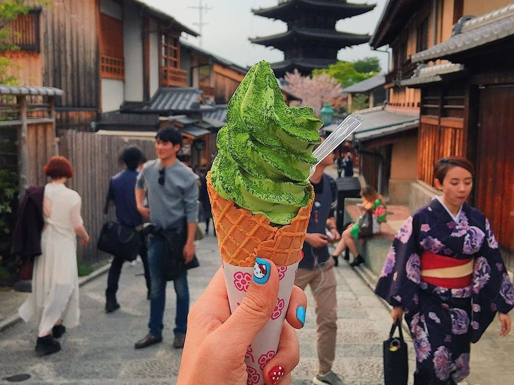 Seperti ini es krim matcha dengan latar belakang Gion, Kyoto. Foto: instagram.com/girleatworld/