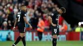 Neymar dan Kylian Mbappe hanya tertunduk lesu setelah Les Parisiens kalah 2-3 dari Liverpool. (Reuters/Carl Recine)
