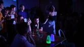Pemerintah China melarang dengan keras segala hal yang berbau LGBT ataupun yang berkaitan dengannya, termasuk drag queen yang lintas gender. (AFP PHOTO / WANG Zhao)
