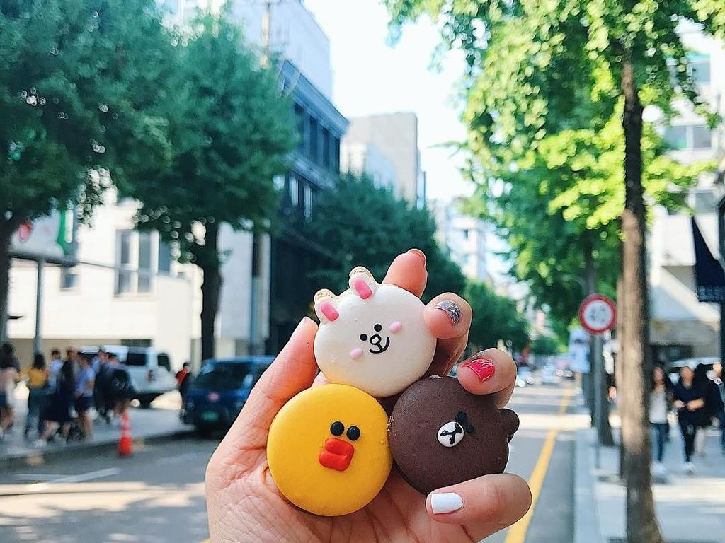 Macaron karakter line dengan latar belakang jalan di Seoul, Korea Selatan. Foto: instagram.com/girleatworld/