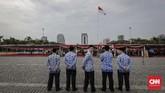 Upacara peringatan 73 tahun Hari Rapat Raksasa IKADA itu dipimpin Gubernur DKI Jakarta AniesBaswedan dan diikuti jajaran pegawai Pemprov DKI Jakarta. (CNN Indonesia/Adhi Wicaksono)
