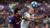 Gelandang PSV Eindhoven Jorrit Hendrix berusaha menghalau bola menjauh dari Lionel Messi. Bintang Barcelona itu jadi pemain yang paling ditakuti tim tamu. (Lionel Messi REUTERS/Sergio Perez)