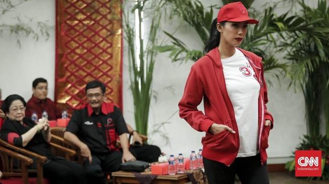 Ketua Umum PDIP Megawati Soekarnoputri berpesan agar generasi millenialtetapmengingat jati diri bangsa. Kata Megawati, Milenial boleh tapi jangan rendah diri menjadi orang Indonesia. (CNNIndonesia/Safir Makki)