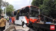 Bus TransJakarta Terguling Usai Oleng Tabrak Separator Busway