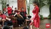 PDIP meluncurkan atribut dan tagline kampanye di Kantor PDI Perjuangan, Jakarta, Kamis (20/9). Sejumlah aktris, seperti Krisdyanti dan Angel Karamoyikut memamerkan atribut milenial PDIP. (CNNIndonesia/Safir Makki)