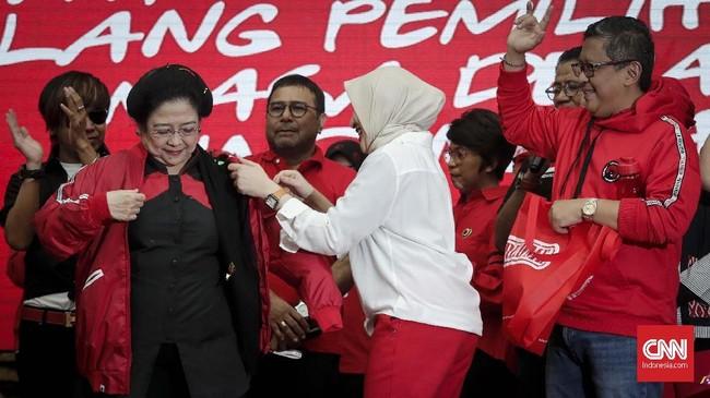 Ketua umum PDI Perjuangan Megawati Soekarno Putri bersama sejumlah artis usai peluncuran atribut dan tagline kampanye di Kantor PDI Perjuangan, Jakarta, Kamis, 20 September 2018. (CNNIndonesia/Safir Makki)