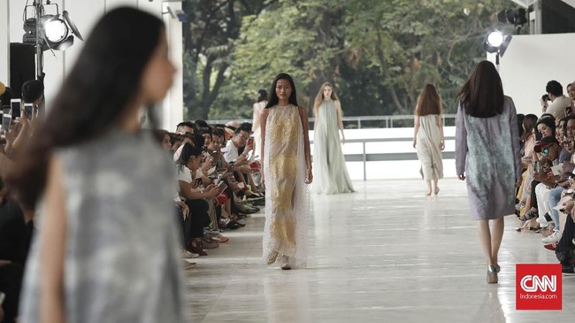 Sedangkan untuk gaun malam, Sapto banyak bermain dengan bahan yang elegan dan garis desain yang tegas dan bervolume. (CNNIndonesia/Safir Makki)