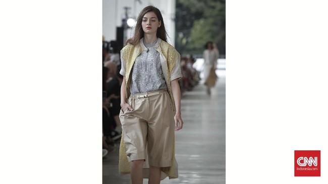Pada pakaian hari-hari, Sapto memadukan celana, atasan dan luaran dengan warna yang senada. (CNNIndonesia/Safir Makki)
