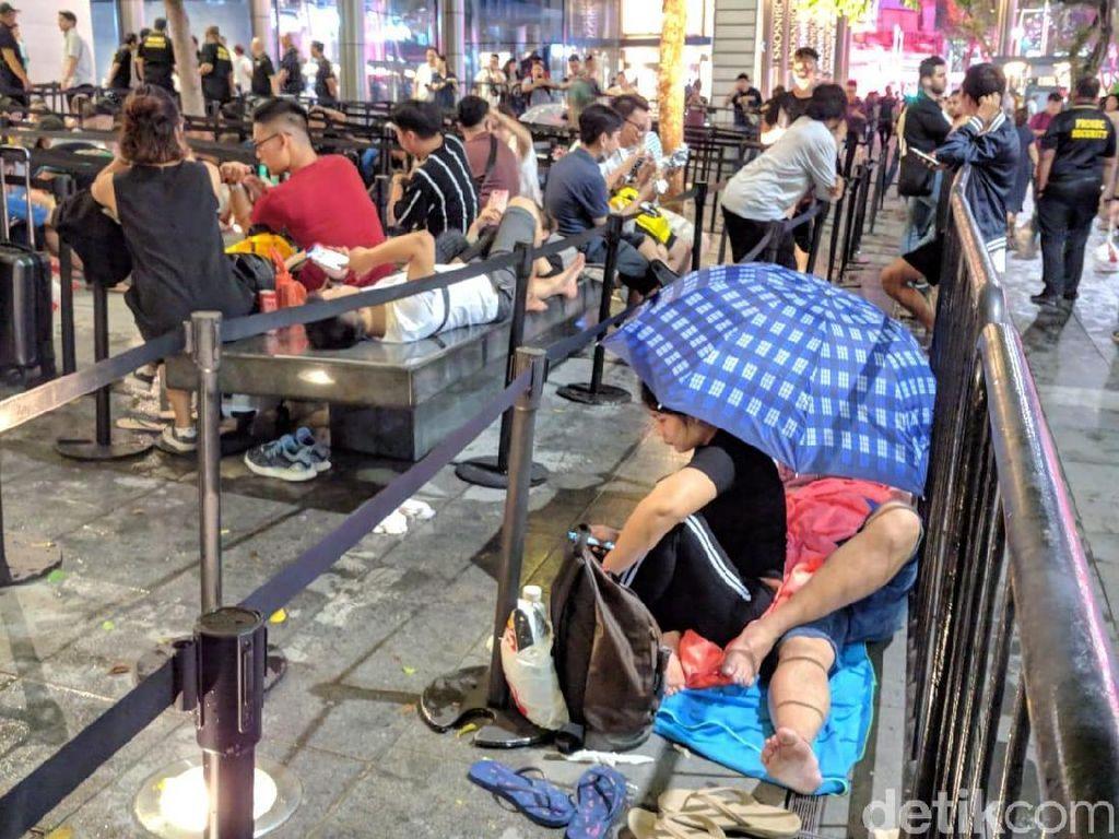 Penampakan Pengantre iPhone Menginap, Tak Gentar Hujan Deras