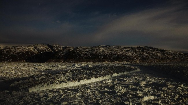 Gletser dapat terbentuk dari pembekuan air akibat musim dingin, lalu ketika temperatur tinggi gletser akan mencair dan menjadi sumber air tawar bagi mahluk hidup.