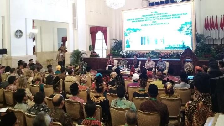 Jokowi berkomitmen agar reforma agraria berupa pembagian sertifikat perhutanan sosial berjalan baik.
