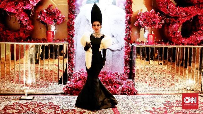 Jelang konser tunggal Journey of Syahrini dia bergaya dengan gaun body contour ala mermaid berwarna hitam ala Audrey Hepburn dari Didi Budiardjo. (CNN Indonesia/Andry Novelino)
