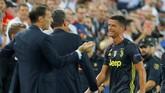 Cristiano Ronaldo berjalan meninggalkan lapangan usai mendapat kartu merah dengan pelatih Juventus Max Allegri melakukan protes ke wasit. (REUTERS/Heino Kalis)
