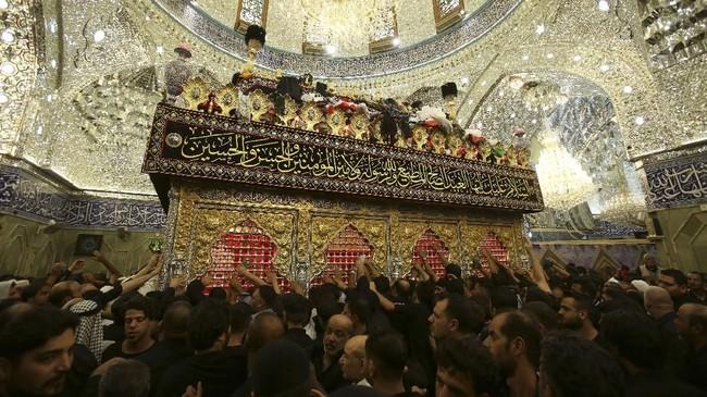 Pertempuran tersebut terjadi antara pasukan Bani Hasyim yang dipimpin oleh Husain bin Ali, cucu Nabi Muhammad dan beranggotakan 70 orang. (REUTERS/Abdullah Dhiaa Al-Deen)