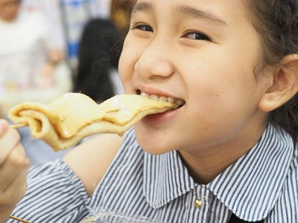 Gemasnya! Anak SD yang Doyan Makan Ini Bikin Ngiler Netizen